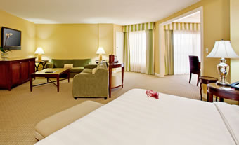 RB-Crowne-Plaza-JrExecSUITE_bed-living-rm-fromhotel